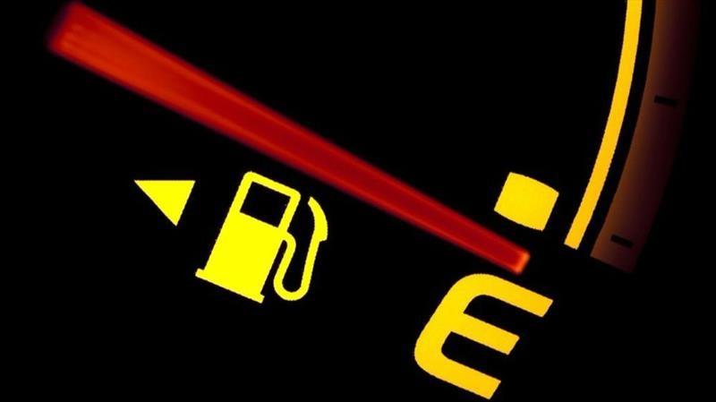 testigo de nivel de combustible luces del tablero de un vehículo